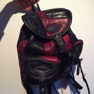 Liten vintage ryggsäck i skinn. Söt och bra som handväska