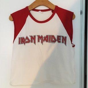 Avklippta ärmar på en Iron Maiden-tisha, snyggt lite urtvättad färg