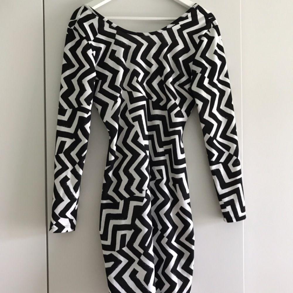 66d9a734916d Kort svart/vit mönstrad klänning som är använd ett fåtal gånger.