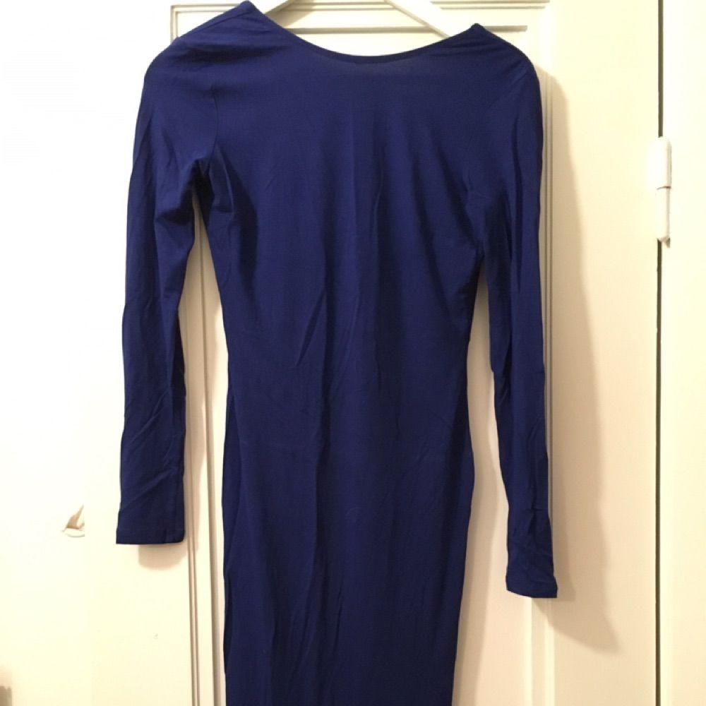 Snygg midi klänning med djup rygg. Färg: Navy. . Klänningar.