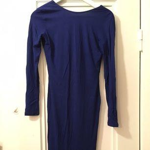 Snygg midi klänning med djup rygg. Färg: Navy.
