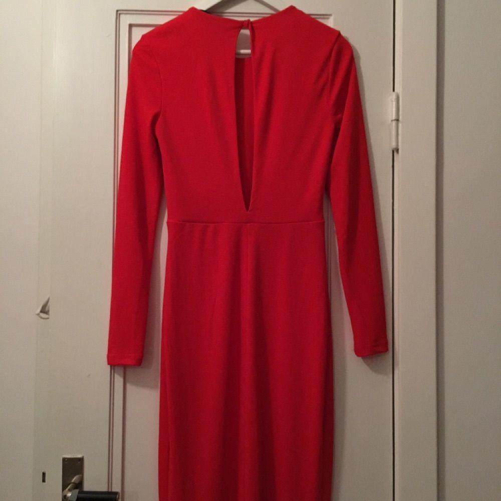 f5f84c9c3159 Passar Elegant röd maxiklänning. Slits framtill och öppen rygg med en knapp  i nacken.