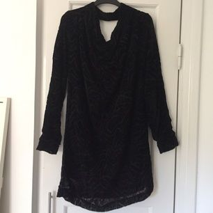 Svart sammetsklänning från Whyred. Använd en gång. Något trasig söm i urringningen på ryggen, men det syns inte.