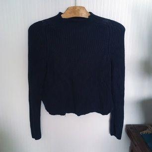 Stickad croppad tröja från American Apparel, mörkblå i färgen och inte svart som det ser ut på bilden!