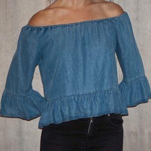 Söt volang-topp i jeans.  Zara Woman Premium Denim Collection. Nyskick. Storlek S Köparen betalar frakt (Max 50 SEK) eller möts upp i Karlstad.