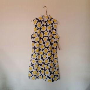 🌻 fin klänning som tyvärr bara hängt på en galge, önskar därför att den kan få ett nytt hem. köpt i våras på pop-boutique i gbg. nypris 350, lapp finns kvar. finns ingen angiven storlek men passar för någon med storlek S-M.