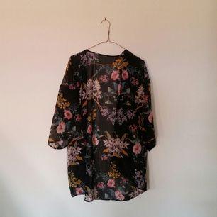 🌸 kimono från hm, köpt förra året och sparsamt använd. bortklippta lappar men är storlek S-M.