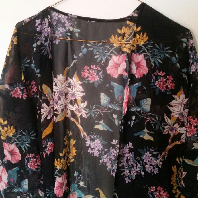 🌸 kimono från hm, köpt förra året och sparsamt använd. bortklippta lappar men är storlek S-M.. Blusar.