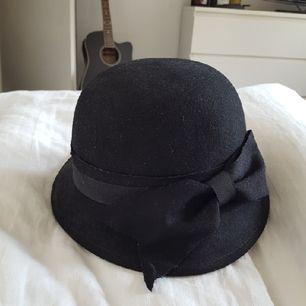 Fin vintagehatt med rosettdetalj🌼 priset är inklusive frakt.