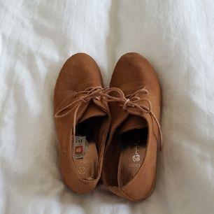 Skor med mockaimitation från Din sko! Färgen är något mindre röd i verkligheten. Skulle säga att de är lite små i storleken. Endast använda 1 gång.  Tillkommer 39kr i frakt🌼