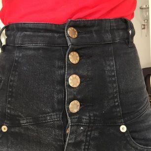 coola, extremt högmidjade jeans från att.