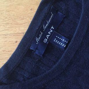 Klassisk kabelstickad tröja från Gant i marinblå. Färgen återges bäst på första bilden.  Kan mötas upp i centrala Uppsala. Vid försändelse tillkommer frakt. Varan ligger ute på andra sidor/appar också.