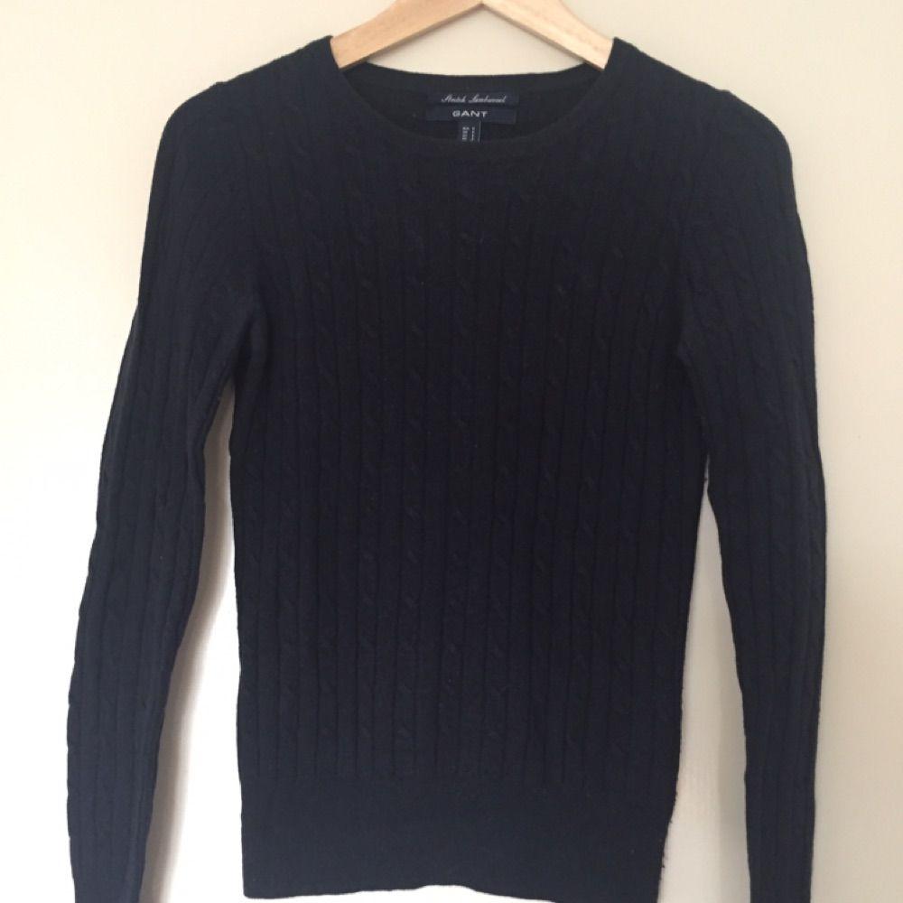 Klassisk kabelstickad tröja från Gant i marinblå. Färgen återges bäst på första bilden.  Kan mötas upp i centrala Uppsala. Vid försändelse tillkommer frakt. Varan ligger ute på andra sidor/appar också.. Stickat.