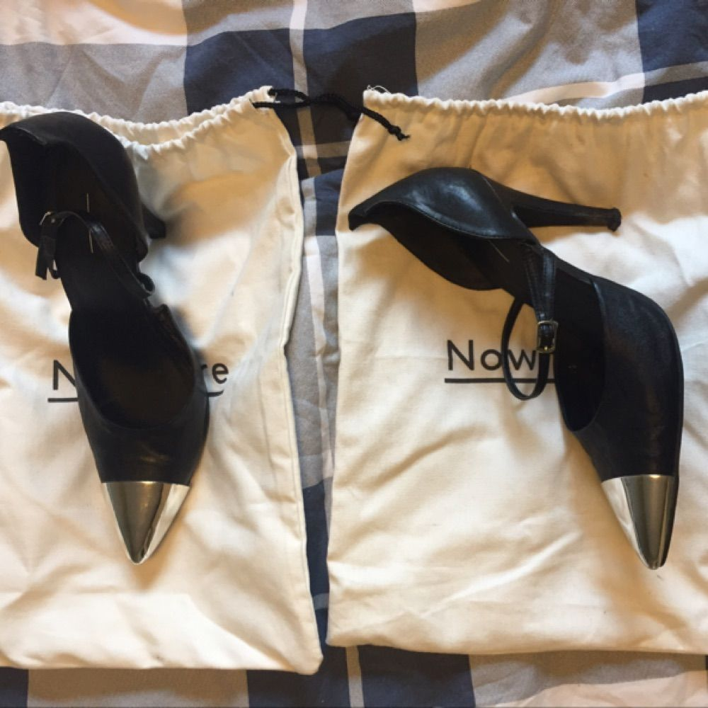 Storlek 38 Klackskor från Nowhere designade av Elin Kling. Några märken på klacken finns.  Kan mötas upp i centrala Uppsala. Vid försändelse tillkommer frakt. Varan ligger ute på andra sidor/appar också.. Skor.