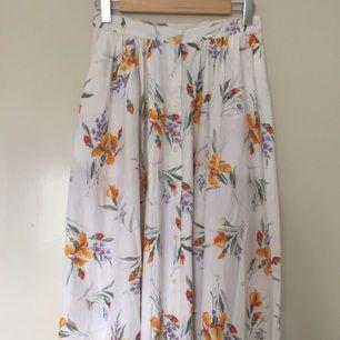 Vintage kjol, midi length  Storlek 40, men passar som en 36:a. Köpt second hand.  Kan mötas upp i centrala Uppsala. Vid försändelse tillkommer frakt. Varan ligger ute på andra sidor/appar också.