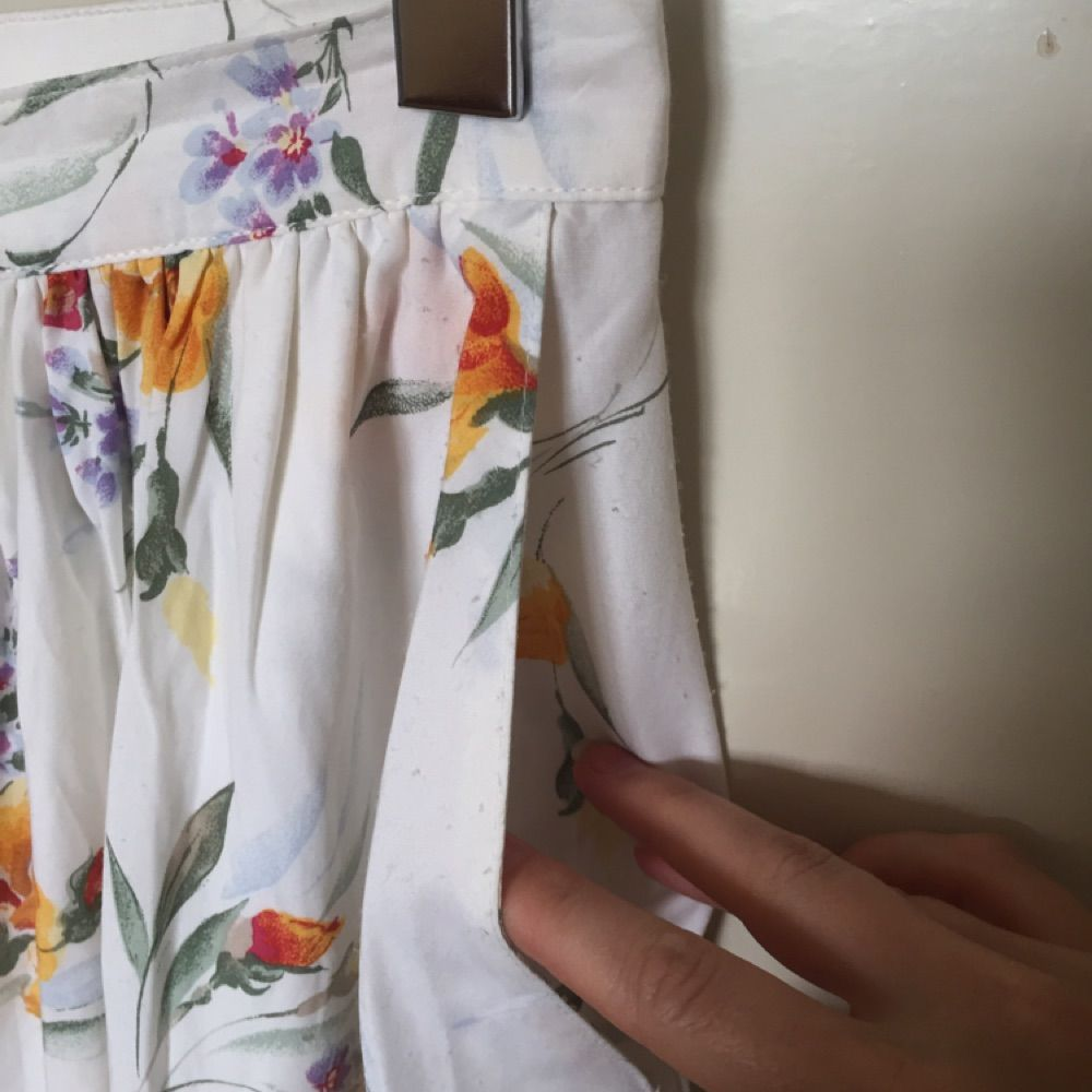 Vintage kjol, midi length  Storlek 40, men passar som en 36:a. Köpt second hand.  Kan mötas upp i centrala Uppsala. Vid försändelse tillkommer frakt. Varan ligger ute på andra sidor/appar också.. Skjortor.