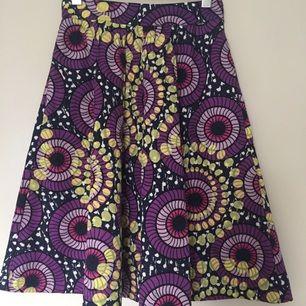 Underbar kjol från Lindex! Saknar en knapp på insidan, men går utmärkt att knäppa utan och är enkelt att sy dit.  Kan mötas upp i centrala Uppsala. Vid försändelse tillkommer frakt. Varan ligger ute på andra sidor/appar också.