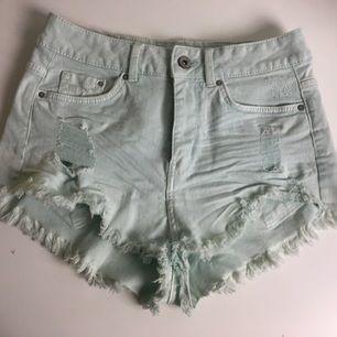 Lite ljusblå/vita shorts från hm med ett crocker märke där bak, passar både 34/36/38 enligt mig, andvända en gång, köparen står för frakten