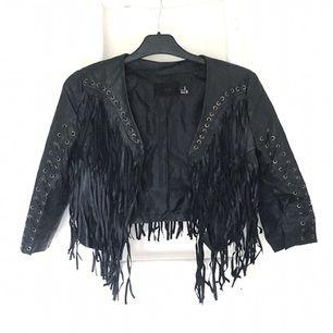 Jacka i läderimitation från H&M. Fransar fram och bak. Köparen står för ev fraktkostnad ☀️