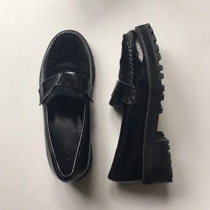 Svarta loafers, med fake päls detalj, från Monki i storlek 37. Knappt använda och fina.   Köparen betalar frakt. Även meet up i Stockholm funkar.