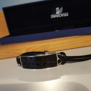 EN FIN PRESENT / LEATHER BRACELET (1085196)  A sleek and stylish bracelet designed specifically for men .Helt ny/inget öppet köp/fri frackt