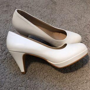 Jag säljer ett par super snygga klackar i storlek 37. De står att de är storlek 38 men jag skulle säga att de är 37. För jag som vanligt vis har 38 får inte på mig dom, så därför är dom aldrig använda. Prislappen sitter kvar. Dom är köpta på din sko.