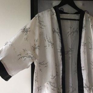 Supersnygg och skön kimono!  Hämtas i Malmö eller skickas mot frakt