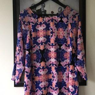 Jättesnygg klänning/tunika från monki! Oanvänd med lapp kvar. Nypris 400kr säljes för halva