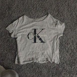 Kortare T-shirt från Calvin Klein. Köpare står för frakt om vi inte lakan mötas upp i Borås
