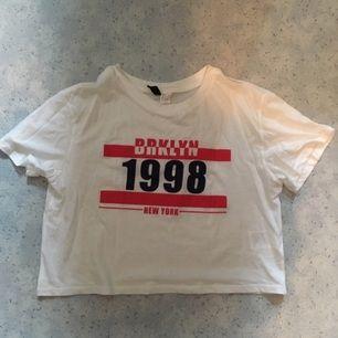 Cropad T-shirt från H&M. Säljes pga använder den för sällan. 80kr inklusive frakt