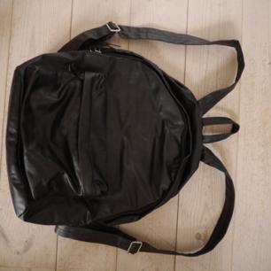 Ryggsäck i fejkskinn från H&M. Finns i Göteborg eller skickas mot att köparen betalar frakten.