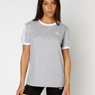 Säljer nu min populära grå/vita adidas tshirt i storlek 36(S). Den är använd endast en gång och säljs just eftersom den aldrig kommer till användning😕 Frakten tillkommer.