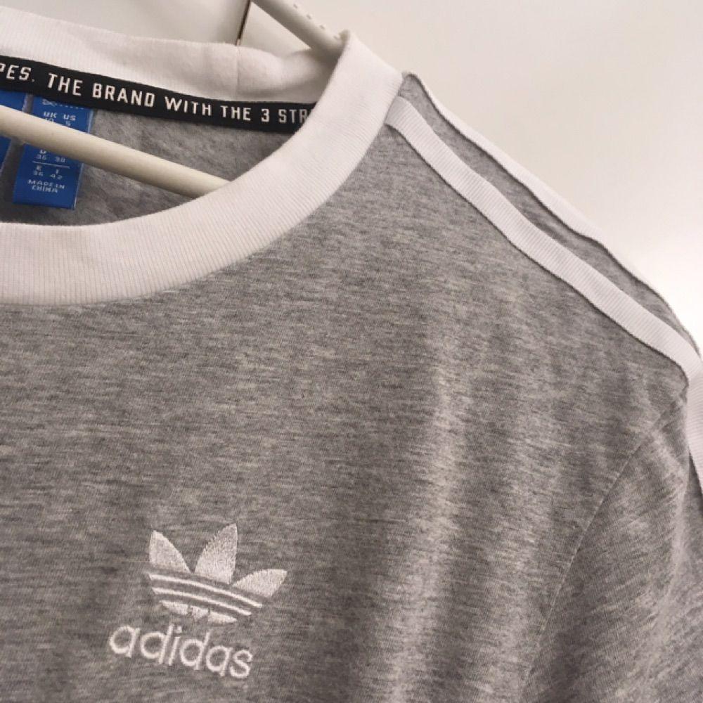 Säljer nu min populära grå/vita adidas tshirt i storlek 36(S). Den är använd endast en gång och säljs just eftersom den aldrig kommer till användning😕 Frakten tillkommer.. T-shirts.