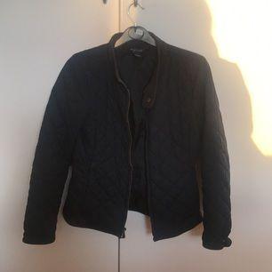 marinblå ralph lauren jacka med gulddetaljer. storlek 12-14 years men passar en xs perfekt! tar swish. köparen står för frakt