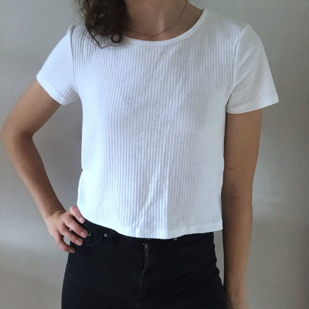Oversize t-shirt från BikBok. Den är midjelång och använd ganska mycket. Den har en liten missfärgning under ena armen med den syns knappt när man har den på sig. (Se bild)  Har varit en stor favorit i min garderob!. T-shirts.