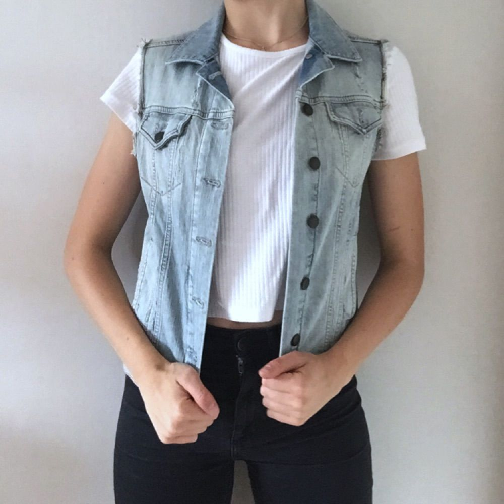 Superfräsh jeansväst från Topshop! Passar till både mörka och ljusa jeans. Kombinera med t-shirt eller långärmad. Eller varför inte denim på denim? Väldigt fint skick!. Övrigt.