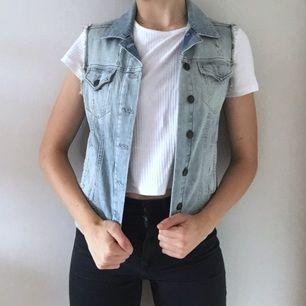 Superfräsh jeansväst från Topshop! Passar till både mörka och ljusa jeans. Kombinera med t-shirt eller långärmad. Eller varför inte denim på denim? Väldigt fint skick!