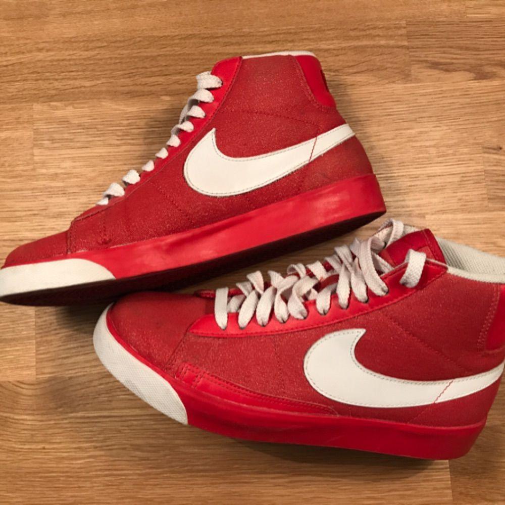 e7f87a3eb1d Snygga höga Nike skor, röda med vita detaljer. Använda endast en gång.