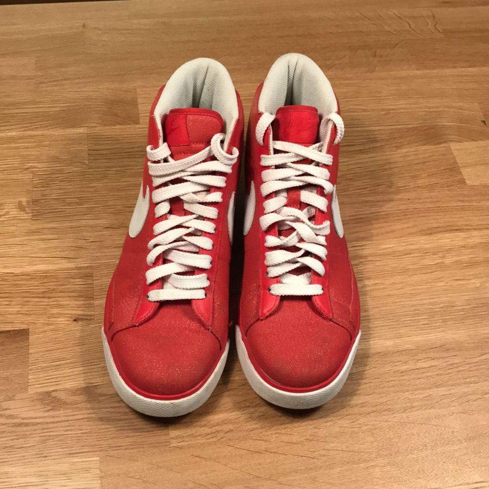 ef8752ac281 Det Snygga höga Nike skor, röda med vita detaljer. Använda endast en gång.