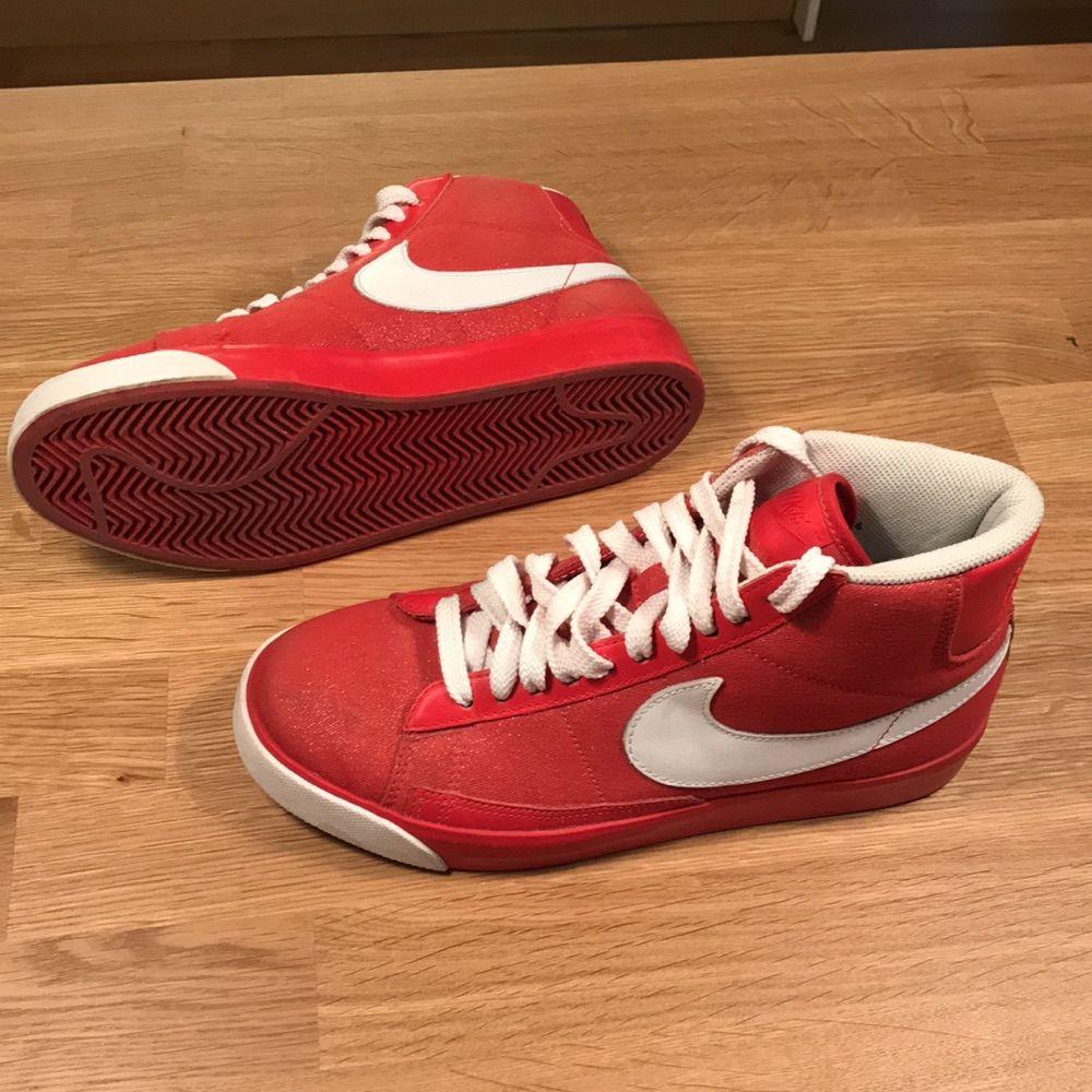 6d8305fd7e9 Det Snygga höga Nike skor, röda med vita detaljer. Använda endast en gång.  Det