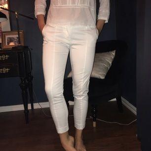 Vita kostymbyxor i perfekt skick. Om du har några frågor eller vill ha mer foton är det bara att höra av dig