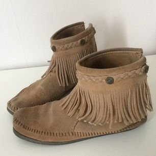 Om du inte har provat mockasiner från Minnetonka så är det dags! Skönare skor får man leta efter. Märkta 36, men passar snarare storlek 37. Dessa har hängt med några steg, så priset är anpassat med tanke på att de är i fint men använt skick (se bilder). Betalning via Swish, frakt på 69:- tillkommer.