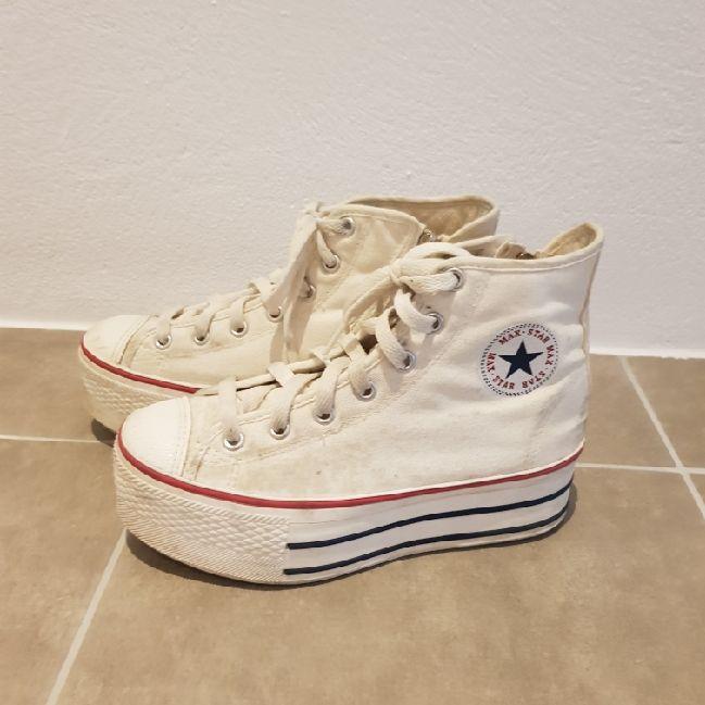 4afd633cf97 platå skor med converse märke (vet ej om de är äkta). Dragkedja på ...