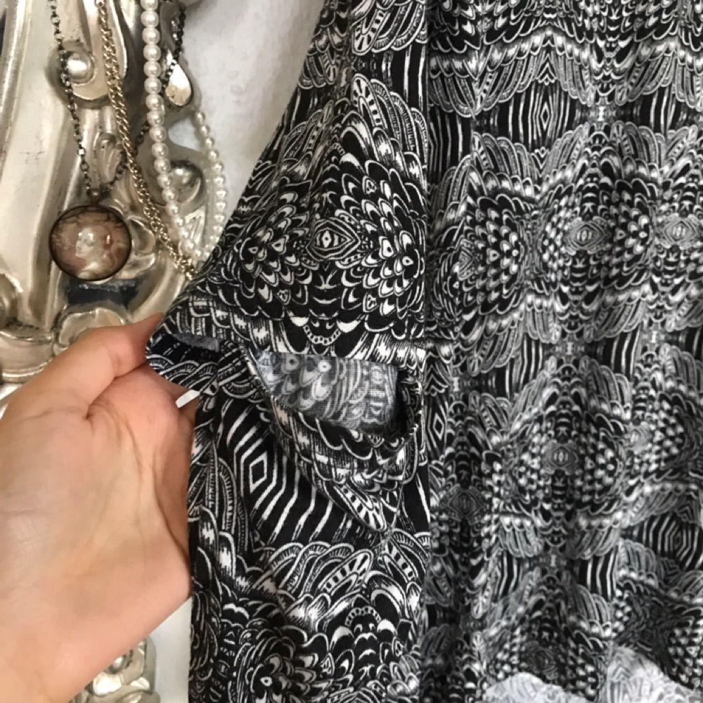 Snygg och lite oversize tröja från monki! Sparsamt använd! Har cut-out's i armbågen som man kan se i bild 3. Frakt: 50kr🎈💌. Toppar.