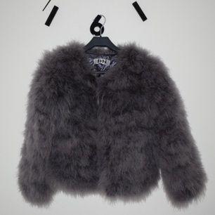 Dm-retro dream jacket. Storlek M men är liten i storleken så passar S bättre. Använd endast 1 gång. Mycket bra skick. Nypris 1300kr. Frakt tillkommer.