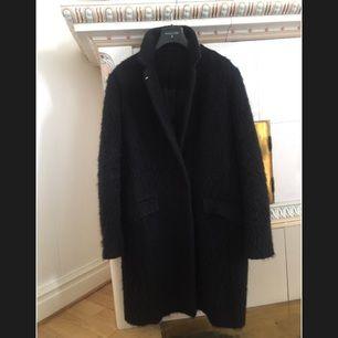 Helt fantastisk kappa från lyxiga märket Patrizia Pepe. Kappan är svart och