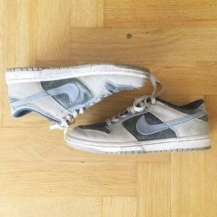 Sneakers från Nike, väl använda men inget fel på dem