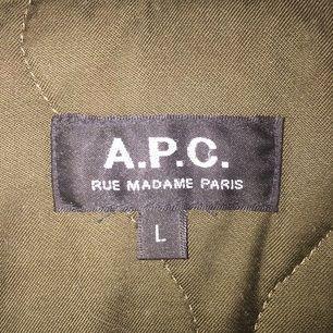 A.P.C jacka. fickan på ena sidan har sömmen gått upp lite på och behöver sys litegrann annars är den i ett bra skick!