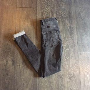 Jeans köpta på BikBok. Deras