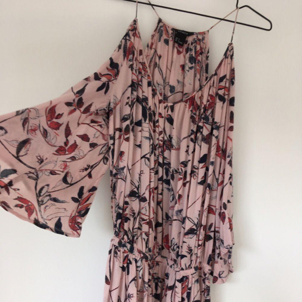 b75fc9c22a0c Drömmig klänning från Lindex. Storlek small men passar även mig som är en XS .